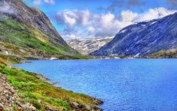 Mening die van Djupvatnet-meer 1016 meter boven overzees - niveau liggen - Noorwegen Stock Foto
