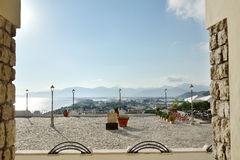 Mening die van een vierkant met lantaarnpalen en terras het overzees in Sperlonga, Italië overzien Stock Fotografie