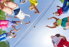 Mening die van onderaan van jonge geitjes volleyball spelen Stock Afbeeldingen