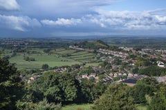 Mening die vanaf bovenkant van Glastonbury-Piek Glastonbury-stad binnen overzien Stock Foto's