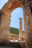 Mening door de boog Ephesus Stock Fotografie
