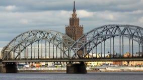 Mening door de Daugava-Rivier van de de spoorwegbrug van Riga en de Bouw van Academie van Wetenschappen van Letland, Riga Letland stock videobeelden
