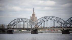 Mening door de Daugava-Rivier van de de spoorwegbrug van Riga en de Bouw van Academie van Wetenschappen van Letland, Riga Letland stock video