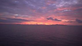 Mening door de patrijspoort van een schip op Mooie zonsondergang op golvende overzees, mening van hoogste dek van het bewegen van stock videobeelden