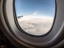 Mening door de patrijspoort van vliegtuigen stock foto
