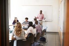 Mening door Deuropening van de Klasse van At Whiteboard Teaching van de Middelbare schoolprivé-leraar stock fotografie