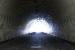 Mening door een Donkere Tunnel met het Licht aan het eind Royalty-vrije Stock Afbeeldingen