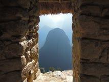 Mening door een venster van de ruïnes in Machu Picchu Peru Royalty-vrije Stock Foto