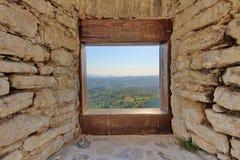 Mening door het venster op landschap Stock Afbeelding