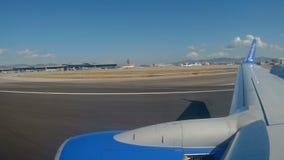 Mening door het vliegtuigvenster stock video
