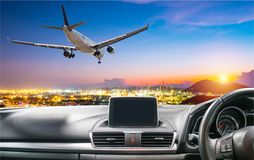 Mening door het windscherm van de auto bij de luchthaven Dicht bij Stock Foto
