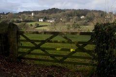 Mening door houten poort van kerk in afstand Dar Royalty-vrije Stock Foto