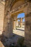 Mening door ruïnes van de de Mamma's de Gotische Kerk van Heilige bij het verlaten dorp van Ayios Sozomenos, Cyprus Royalty-vrije Stock Foto
