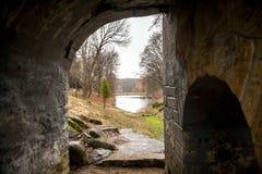 Mening door tunnel op meer en park Stock Afbeeldingen