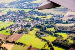 Mening door vliegtuigvenster Stock Afbeeldingen