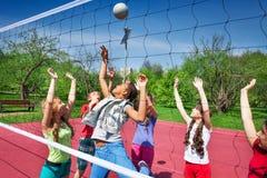 Mening door volleyball netto van het spelen van tienerjaren royalty-vrije stock fotografie