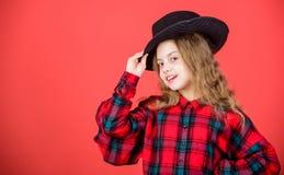 Mening enormt i denna hatt F?r gulliga trendig hatt ungekl?der f?r flicka Liten fashionista Trendig dr?kt f?r kall cutie Lyckligt arkivfoton