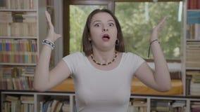 Mening geblazen reactie van millennial verbaasd overweldigd en overweldigd vrouwengevoel - stock videobeelden