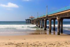 Mening langs de pijler bij het strand van Manhattan, Californië stock foto