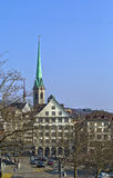 Mening met Predigerkirche-toren, Zürich, Zwitserland stock afbeeldingen