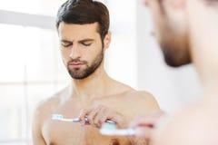 Mening misshagit med hans nya tandborste Arkivfoton