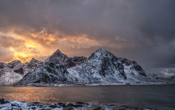 Mening naar MT Stortinden en MT Flakstadtinden in Lofoten-archipel stock fotografie