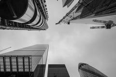 Mening naar omhoog tonend Lloyds van de bouw eruit zien van Londen door Richard Rogers, en Willis Building die door die Norman Fo Royalty-vrije Stock Foto