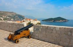 Mening naar oude stad Dubrovnik en eiland Lokrum Stock Foto
