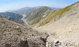 Mening neer aan Girdimanchay-riviervallei van tra van Bergbabadag Royalty-vrije Stock Afbeelding