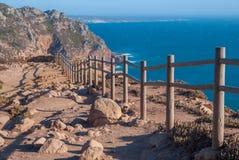 Mening od Cabo DA Roca in de Kaap van Sintra - Roca-- klippen en omheining bij zonsondergang Royalty-vrije Stock Fotografie