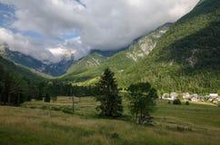 Mening om het dorp van peulmangartom dichtbij Bovec, Slovenië, het nationale park van Triglav, Europa te registreren stock afbeelding