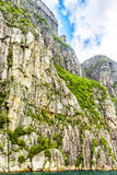 Mening omhoog een gigantische rots in Lysefjord, beroemd als Preikestolen Stock Afbeeldingen
