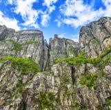 Mening omhoog een gigantische rots in Lysefjord, beroemd als Preikestolen Stock Fotografie