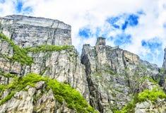 Mening omhoog een gigantische rots in Lysefjord, beroemd als Preikestolen Royalty-vrije Stock Foto's