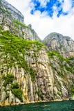 Mening omhoog een gigantische rots in Lysefjord, beroemd als Preikestolen Royalty-vrije Stock Afbeeldingen