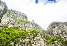 Mening omhoog een gigantische rots in Lysefjord, beroemd als Preikestolen Stock Foto