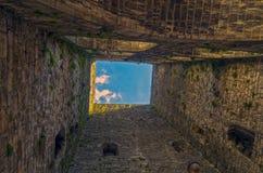 Mening omhoog van de voet van de middeleeuwse toren Stock Afbeeldingen