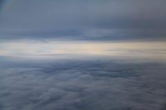 Mening onder de donkere wolken met horizon Royalty-vrije Stock Afbeeldingen