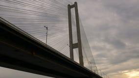 Mening onder de grote hoge brug met lantaarns over de rivier De architecturale bouw verbindend de twee banken van de stad stock video