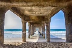 Mening onder de pijler bij het strand van Manhattan, Californië stock foto's