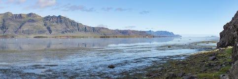 Mening onderaan Berufjordur, IJsland, naar de Atlantische Oceaan, met Whoop Stock Foto