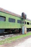Mening onderaan de kant van een geroeste groene verlaten van de spoorwegauto en trein spoor lichte inrichting Royalty-vrije Stock Afbeeldingen