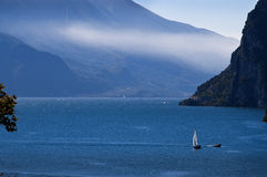 Mening onderaan het Meer van Riva Del Garda Italy royalty-vrije stock fotografie