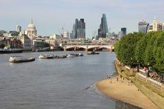 Mening onderaan Rivier Theems van Waterloo Brug Londen Stock Foto