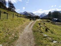 Mening onderaan spoor en landbouwbedrijf aan verre bergen Royalty-vrije Stock Foto's