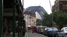 Mening onderaan straat in Sydney naar brug stock video