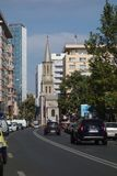 Mening op centraal gebied van Boekarest, met Lutheran kerk in het centrum Stock Foto's