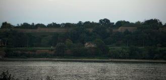 Mening over aard op overkant van rivier Donau stock foto's
