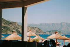 Mening over Adriatische overzees en mooi strand met paraplu's stock afbeelding