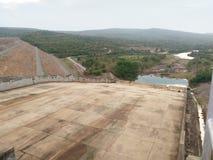 Mening over afvoerkanaal van Kwae Noi Dam Stock Foto